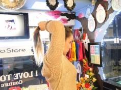 Realiza una cola de caballo :) y átala con un cauchito